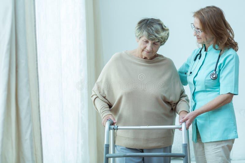 Het helpen van oude patiënt stock afbeeldingen