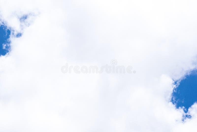 Het hemelhoogtepunt van witte pluizige wolk is perfecte achtergrond voor gezette teksten of binnen verwoording stock foto's