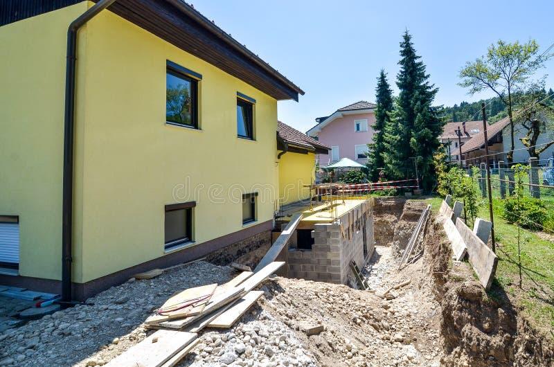 Het herbouwen van een familiehuis en het toevoegen van een uitbreiding Vestiging a stock foto