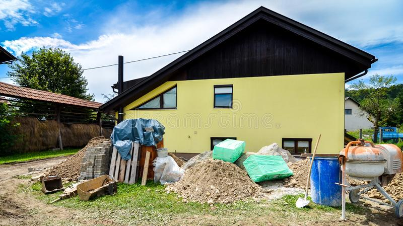 Het herbouwen van een familiehuis en het toevoegen van een uitbreiding royalty-vrije stock afbeeldingen