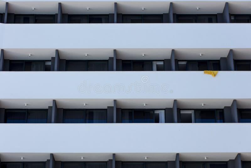 Het herhalen van patroon van vensters en balkon De voorzijde van de bouw stock afbeeldingen