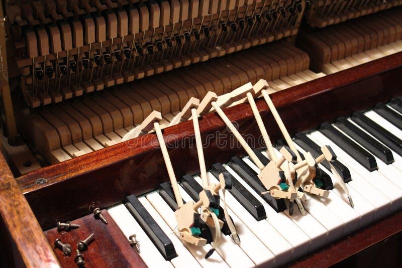 Het herstellen en het stemmen van de oude piano stock foto's