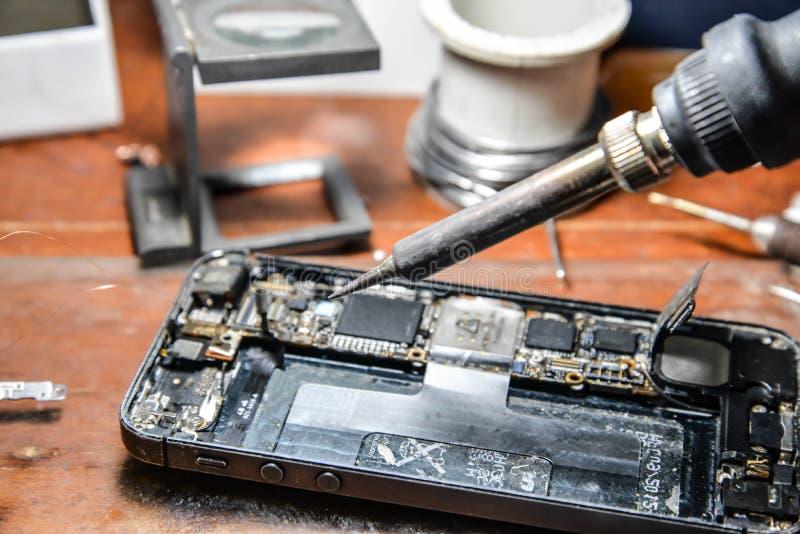 Het herstellen van mobiele telefoon stock foto