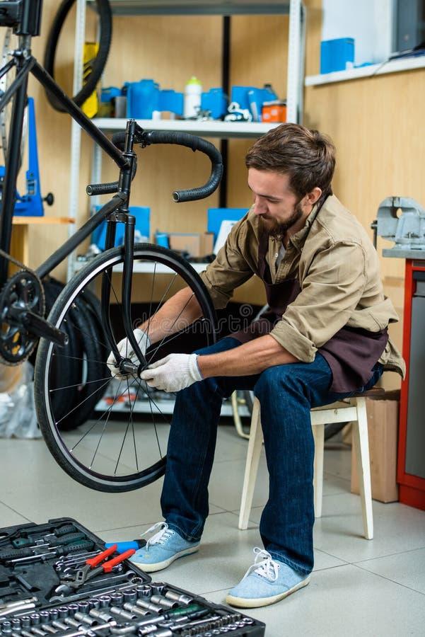 Het herstellen van wiel van fiets royalty-vrije stock fotografie