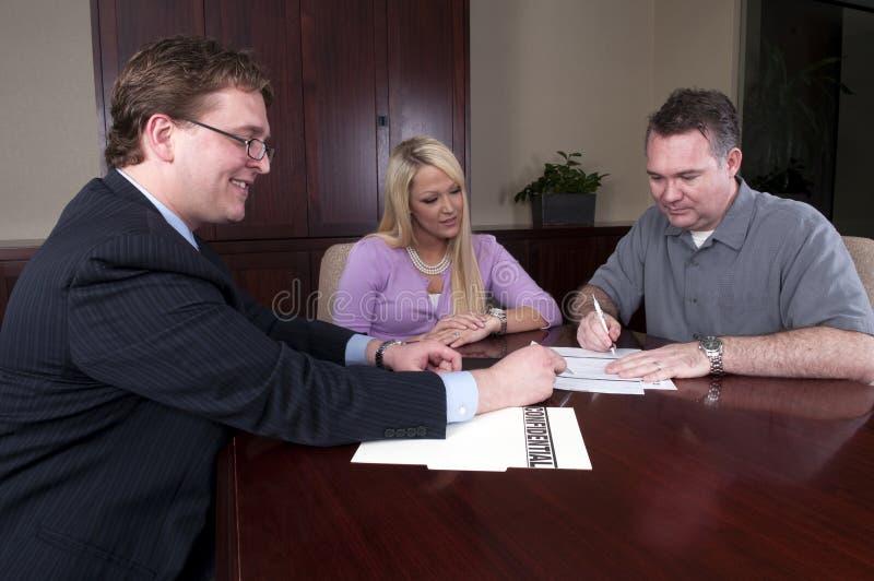 Het herzien van de adviseur contract met cliënten stock afbeeldingen
