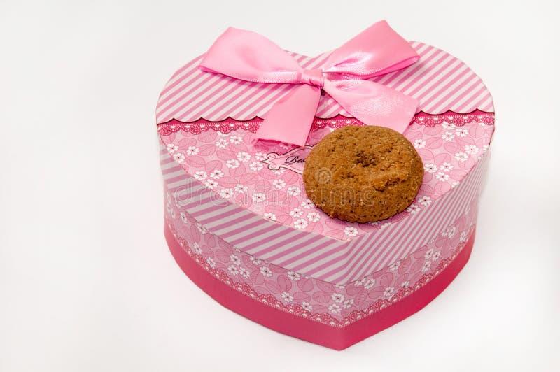 Het het chocoladekoekje en hart vormden roze doos met boog royalty-vrije stock afbeeldingen