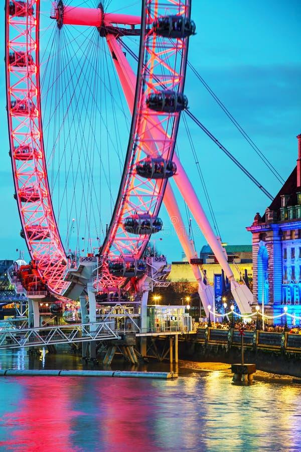 Het het Oogreuzenrad van Londen in de avond stock fotografie