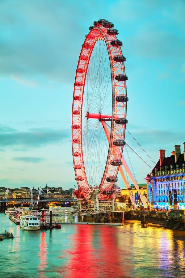 Het het Oogreuzenrad van Londen in de avond stock afbeeldingen