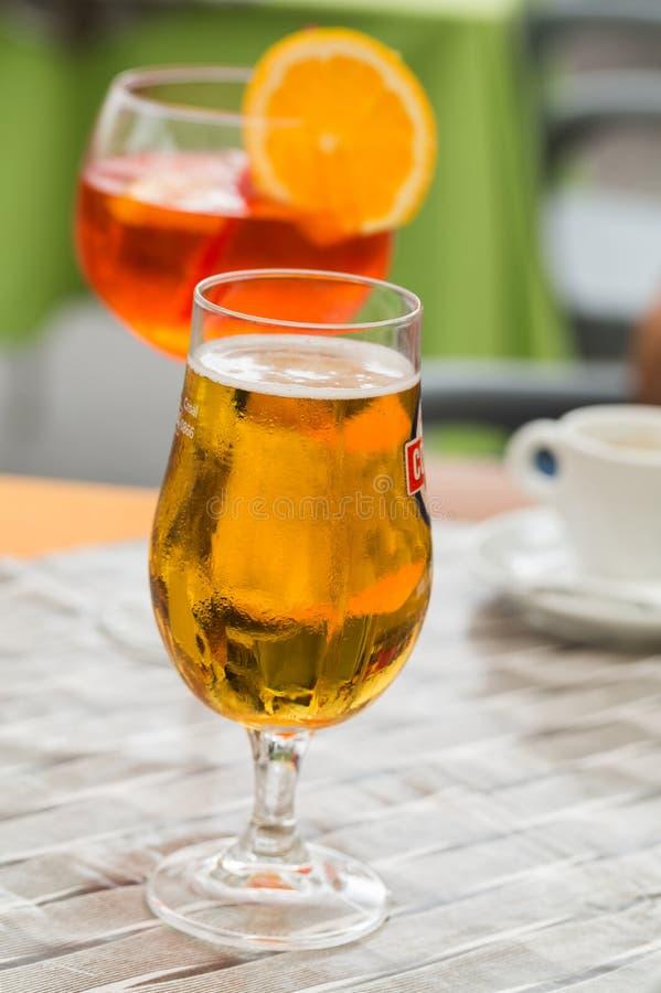 Het het traditionele aperitief en bier van Spritz in een bar in Italië royalty-vrije stock foto