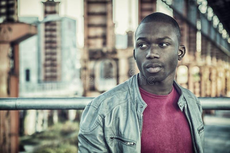 Het hete bleekgele zwarte mens stellen royalty-vrije stock fotografie