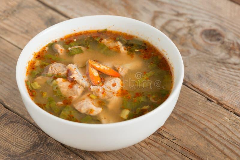 Het hete en kruidige kraakbeen van het soepvarkensvlees met Thais kruid royalty-vrije stock afbeelding