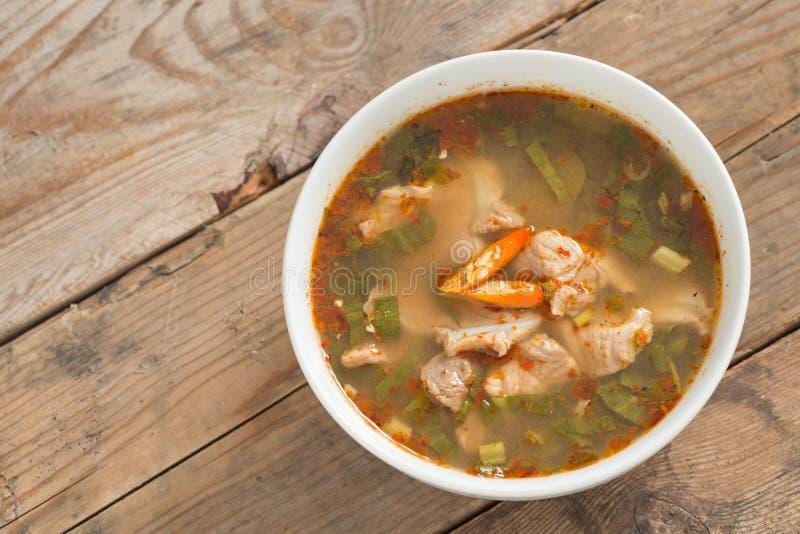 Het hete en kruidige kraakbeen van het soepvarkensvlees met Thais kruid stock fotografie