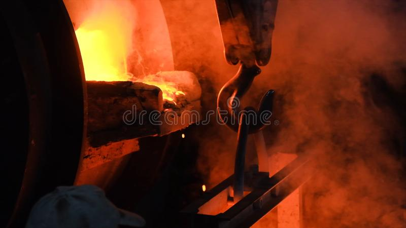 Het hete staal gieten bij staalfabriek Voorraadlengte Stromend metaal bij de gieterij Het gieten van vloeibaar metaal in open haa stock fotografie