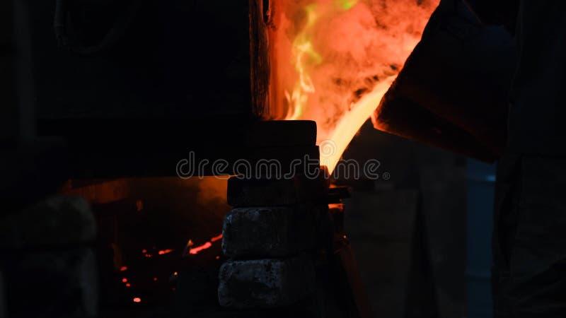 Het hete staal gieten bij staalfabriek Voorraadlengte Stromend metaal bij de gieterij Het gieten van vloeibaar metaal in open haa royalty-vrije stock afbeeldingen