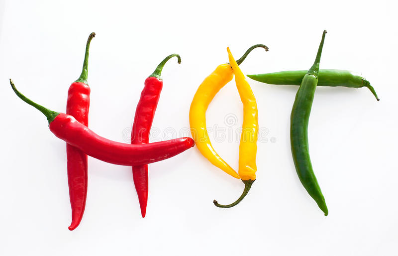 Het hete woord maakte van rode, gele en groene hete Spaanse peperpeper op whi royalty-vrije stock foto