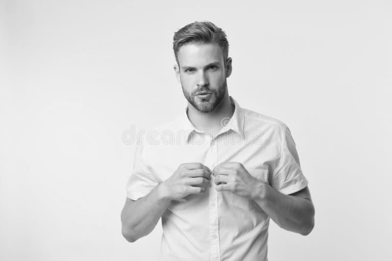 Het is hier heet Ik zal u mijn sexy lichaam tonen Mensen knappe gebaarde kerel die gele achtergrond ontkleden Zekere kerel stock fotografie