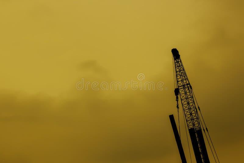 Het hijstoestel van de silhouetlevering in industriële toepassingen wordt gebruikt die stock foto