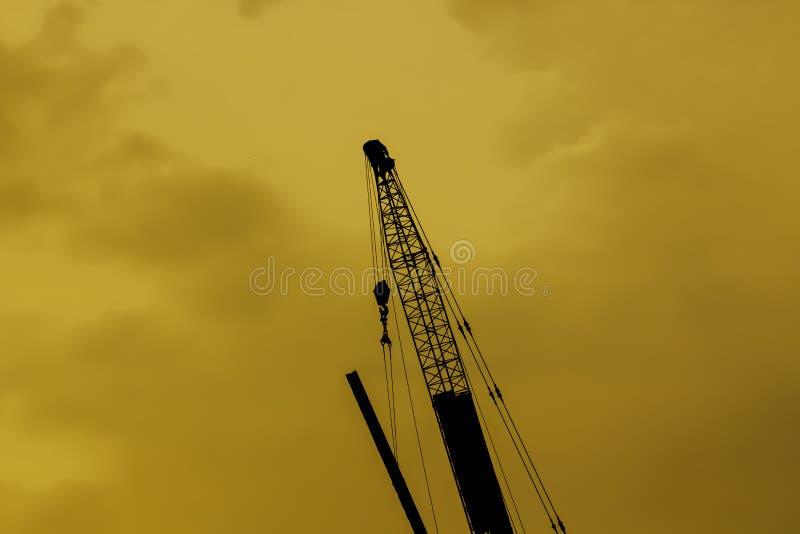 Het hijstoestel van de silhouetlevering in industriële toepassingen wordt gebruikt die royalty-vrije stock foto