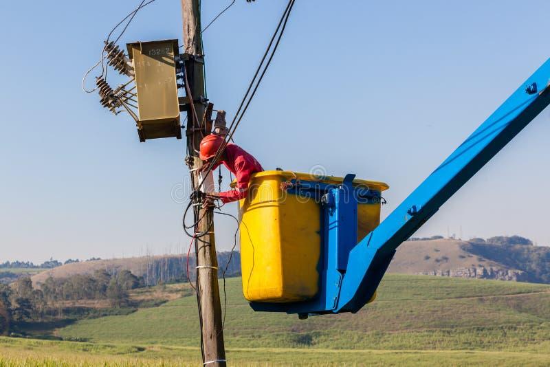 Het Hijstoestel van elektricienrepairs wiring transformer royalty-vrije stock afbeeldingen