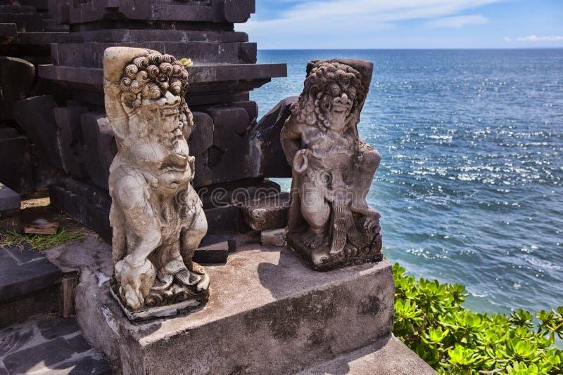 Het Hindoese standbeeld gaat dichtbij aan een heilige plaats binnen Het eiland van Bali royalty-vrije stock afbeelding