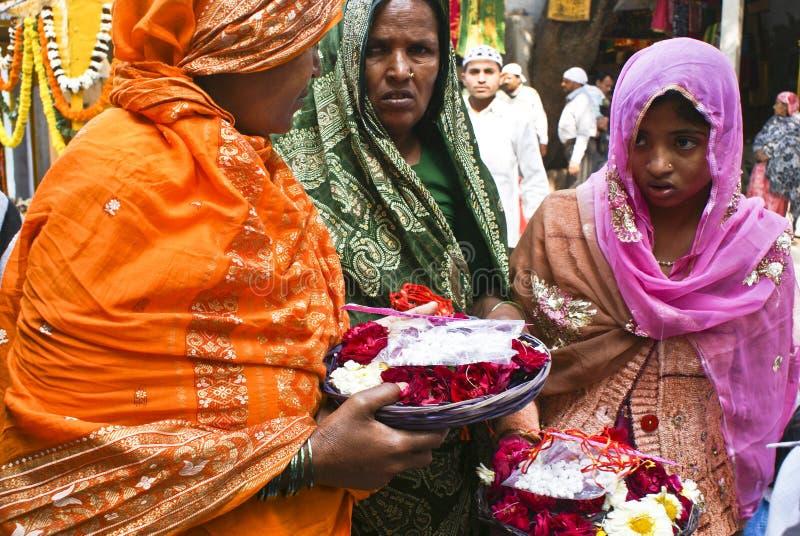 Het Hindoese vrouwen aanbieden bloeit in Moslimheiligdom royalty-vrije stock fotografie