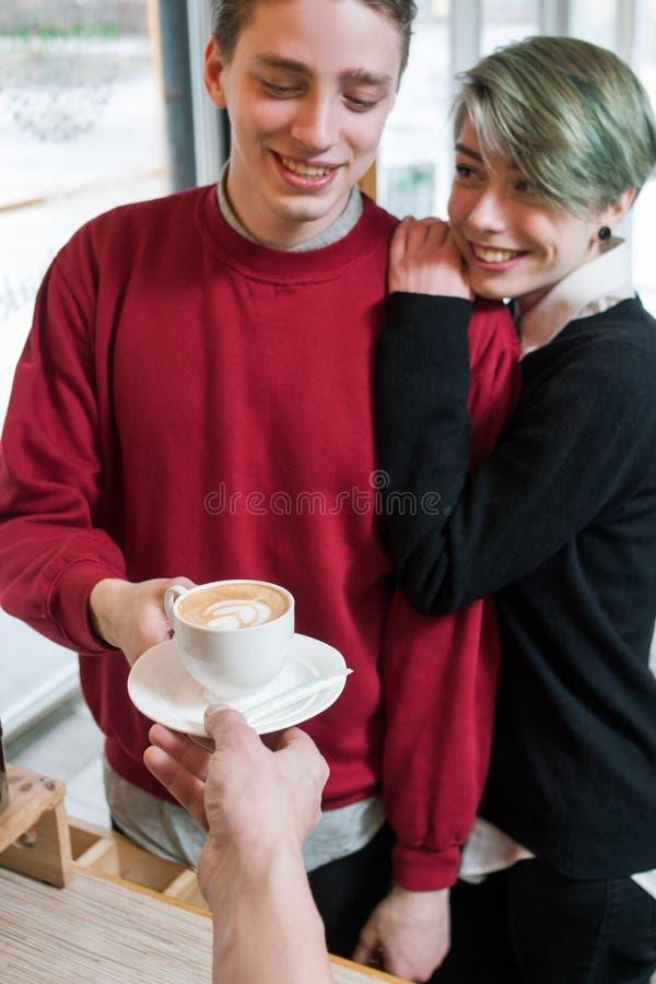 Het Hipsterpaar koopt de levensstijlvrije tijd van de koffiejeugd stock foto's