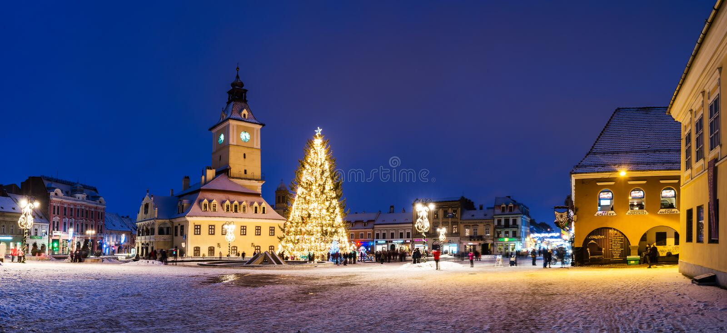 Het historische centrum van Brasov in de dagen van Kerstmis, Roemenië stock foto's