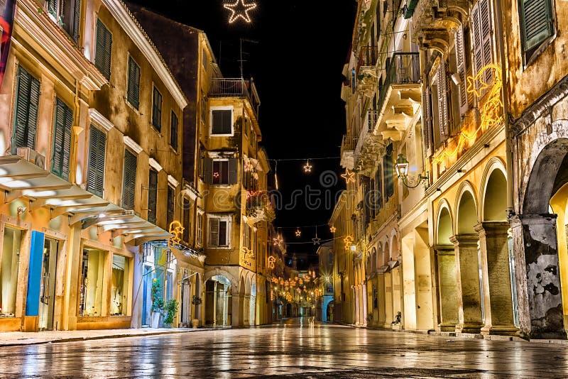 Het historische centrum van de stad van Korfu bij nacht stock fotografie