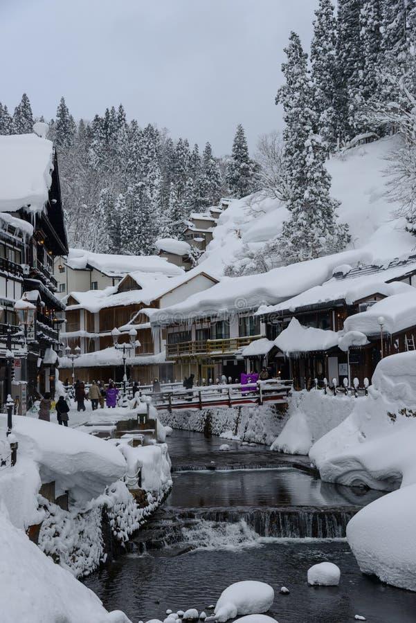Het historische District van ginzan-Onsen in de winter stock afbeelding