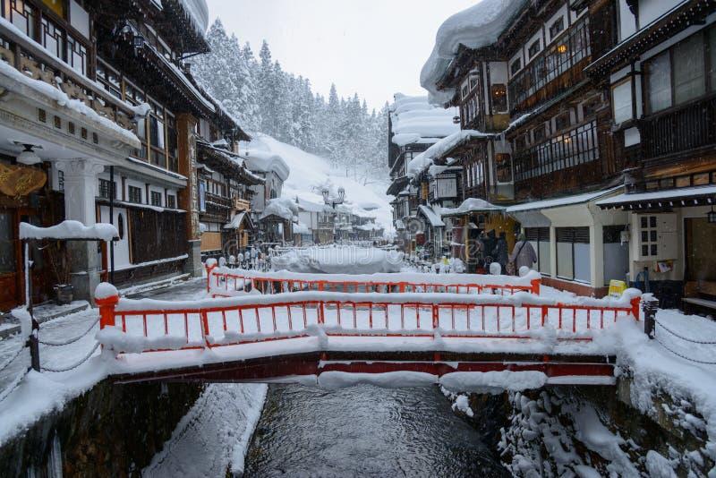 Het historische District van ginzan-Onsen in de winter stock fotografie