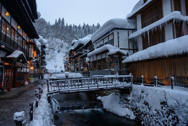 Het historische District van ginzan-Onsen in de winter stock foto's