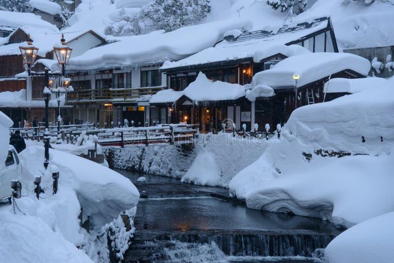 Het historische District van ginzan-Onsen in de winter stock foto