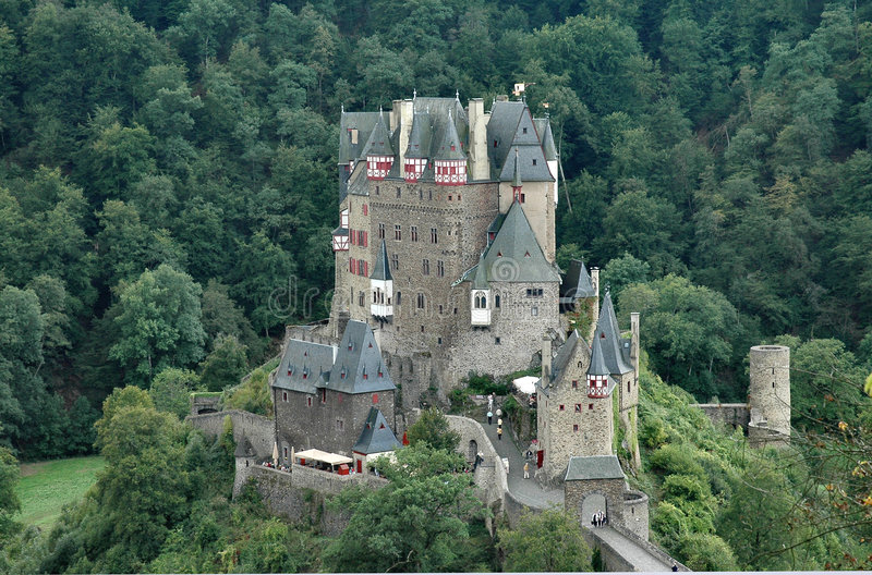 Het historische kasteel van Eltz van Burg gelegen aan de Rivier Elz in Duitsland - horizontaal formaat royalty-vrije stock afbeeldingen