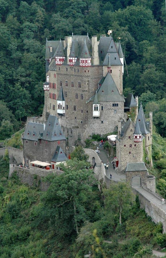 Het historische kasteel van Eltz van Burg gelegen aan de Rivier Elz in Duitsland - verticaal formaat stock afbeelding