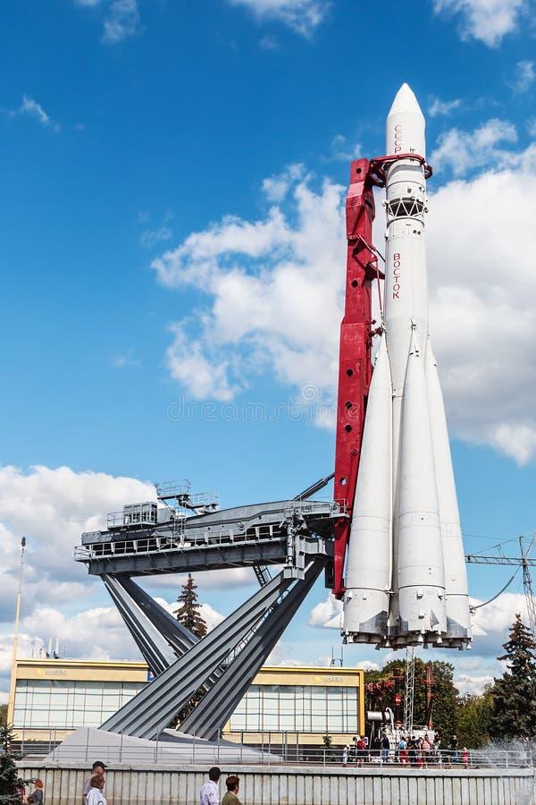 Het historische oosten van de monumentenraket is op het lanceringsstootkussen in het park royalty-vrije stock foto's