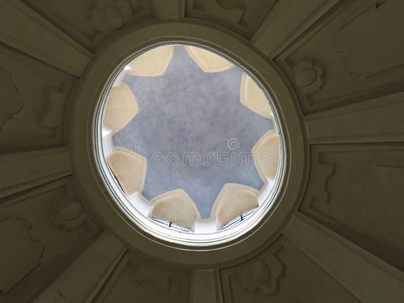 Het historische Oude van de het Dakkoepel van het Kerkplafond Licht van het de Cirkelvenster Binnenlandse royalty-vrije stock foto