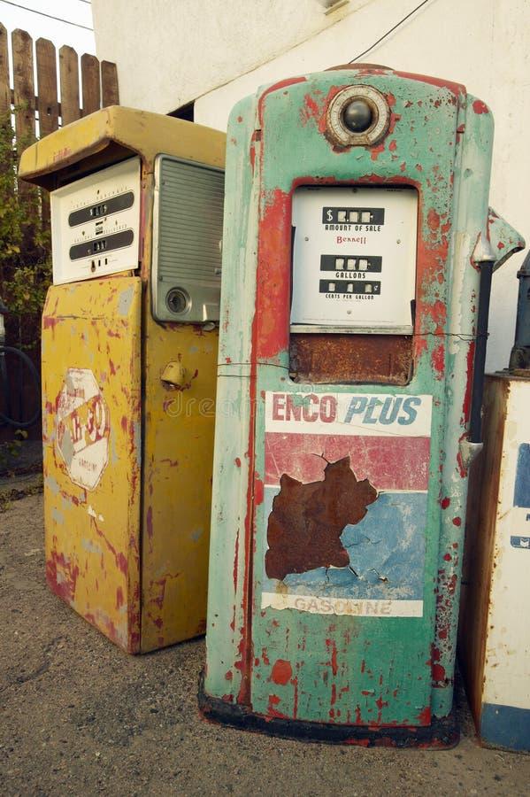 Het historische uitstekende kant van de wegmotel op oud Route 66 stemt in met oude auto's en benzinepompen in Barstow Californië royalty-vrije stock afbeeldingen