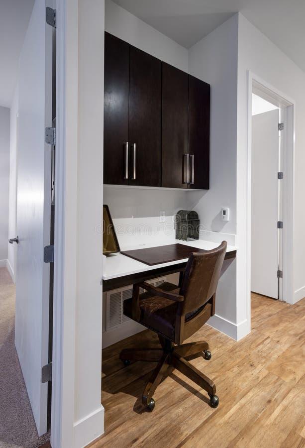 Het hoekje van het huisbureau in nieuwe moderne flat stock foto