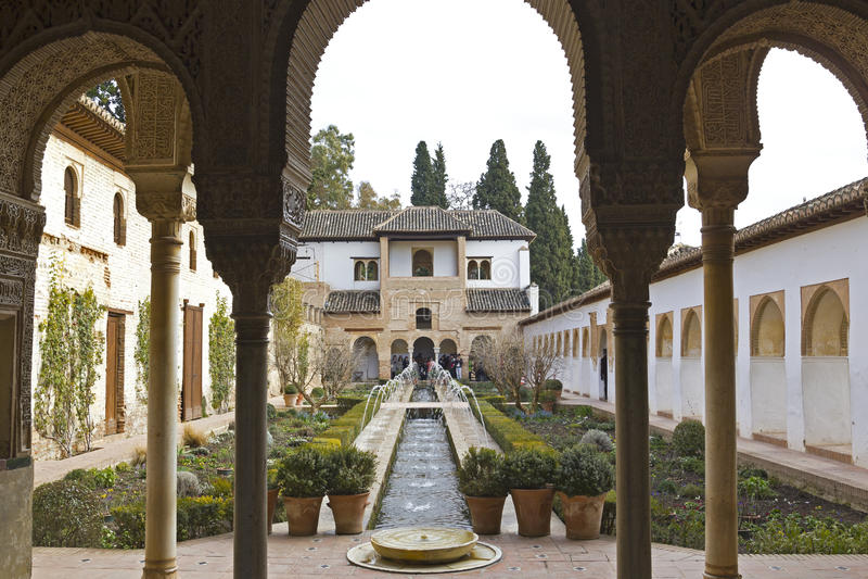 Download Het Hof Van La Acequia. Generalife. Stock Foto - Afbeelding bestaande uit vijver, haag: 29506458