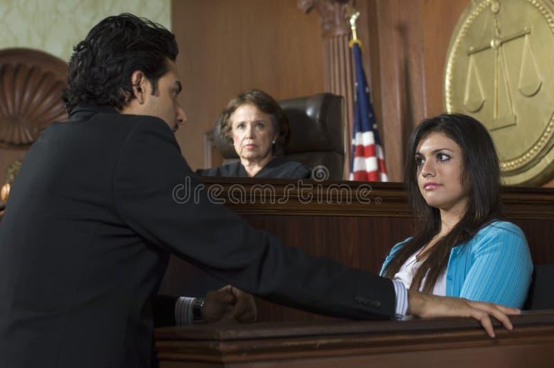 Het Hof van rechterswatching prosecution in royalty-vrije stock fotografie