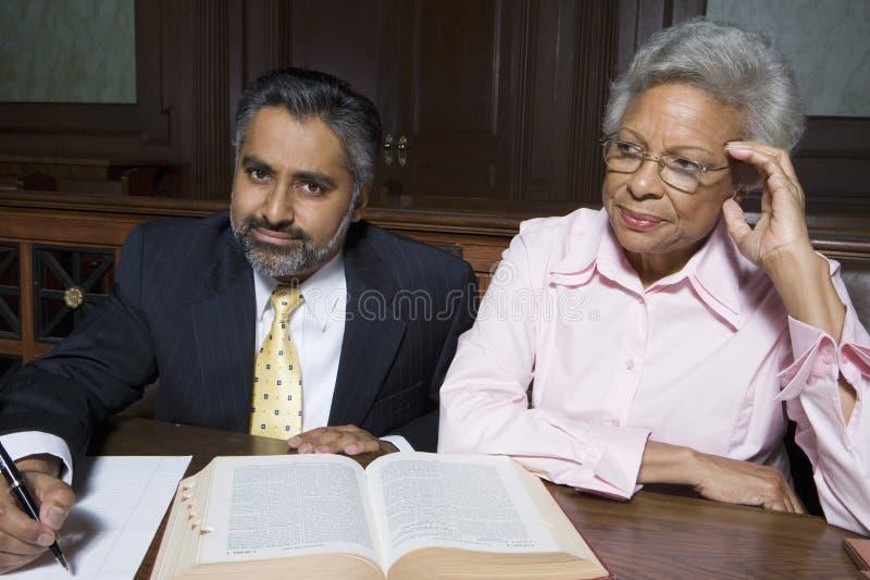 Het Hof van rechtskundig adviseurand client in stock afbeeldingen