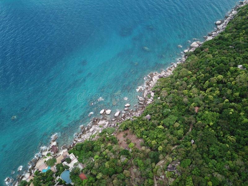 Het hoge Duidelijke zeewater van het hoekbeeld voor het duiken bij Koh Nang Yuan-kust in Surat Thani, Thailand royalty-vrije stock afbeelding