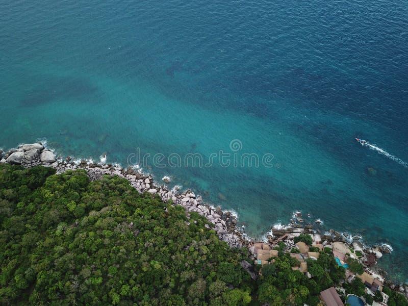 Het hoge Duidelijke zeewater van het hoekbeeld voor het duiken bij Koh Nang Yuan-kust in Surat Thani, Thailand stock foto's