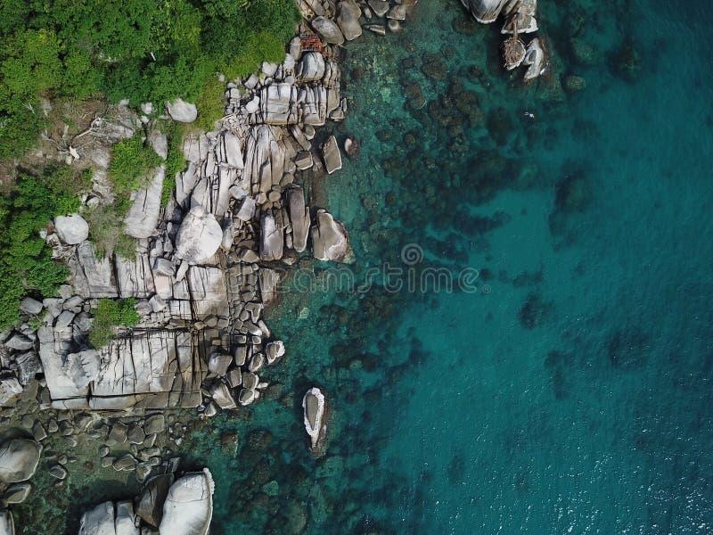 Het hoge Duidelijke zeewater van het hoekbeeld voor het duiken bij Koh Nang Yuan-kust in Surat Thani, Thailand stock fotografie
