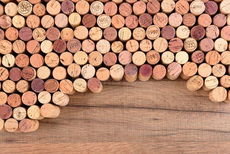 Het hoge hoekschot van een groep wijn kurkt op houten lijst met exemplaarruimte stock foto