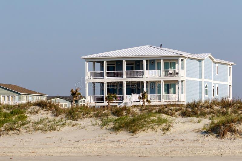 Het hoge huis van de de vakantiehuur van het eindstrand op de zandduinen stock afbeeldingen