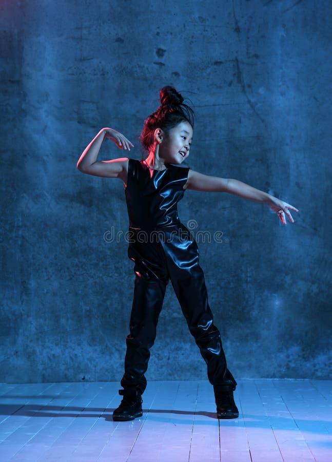 Het hoge Manier Aziatische modelmeisje in kleurrijke heldere kleurrijke neon uv-blauwe en purpere lichten maakt omhoog stock afbeeldingen