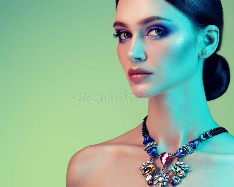 Het hoge Mannequinvrouw stellen in studio Portret van mooi sexy meisje die juwelen met in samenstelling dragen stock afbeeldingen