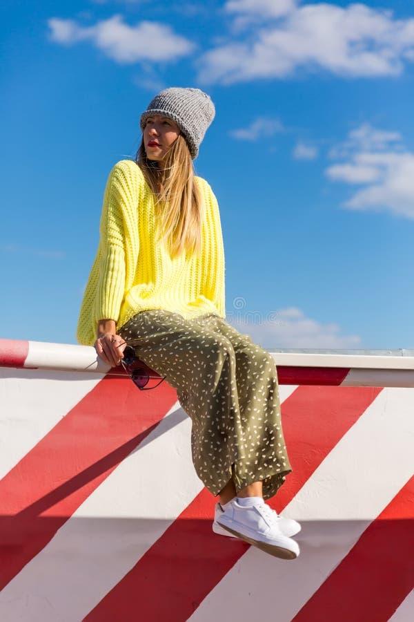 Het hoge portret van de manierlook glamour modieus sexy mooi jong blond modelmeisje in heldere toevallige hipsterkleren achter bl stock fotografie