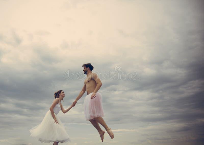 Het hoge Romaans vliegen Paar in liefdevlieg in wolken De jonge vrouw en man greep dient hemel in geluk en eeuwige liefde stock afbeeldingen